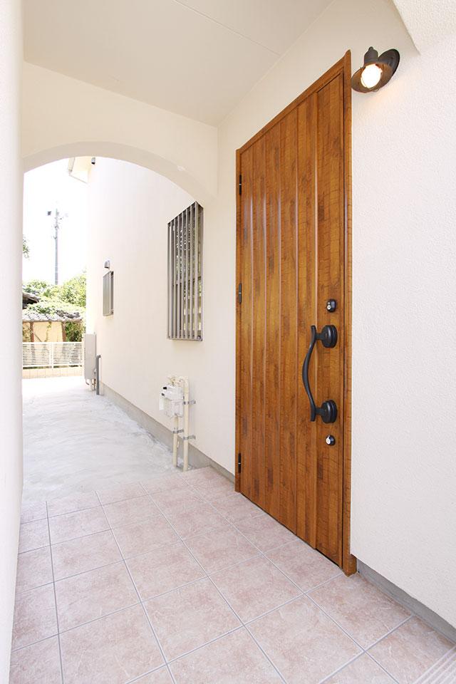 自然素材で建てる注文住宅ここち家S様邸玄関アプローチ