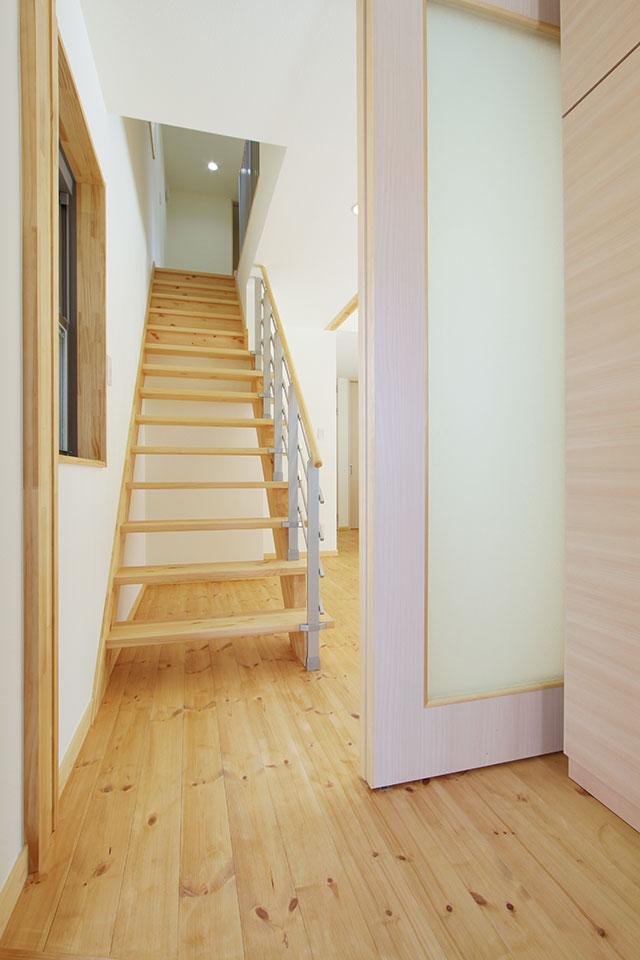 自然素材で建てる注文住宅ここち家S様邸玄関からすぐの階段
